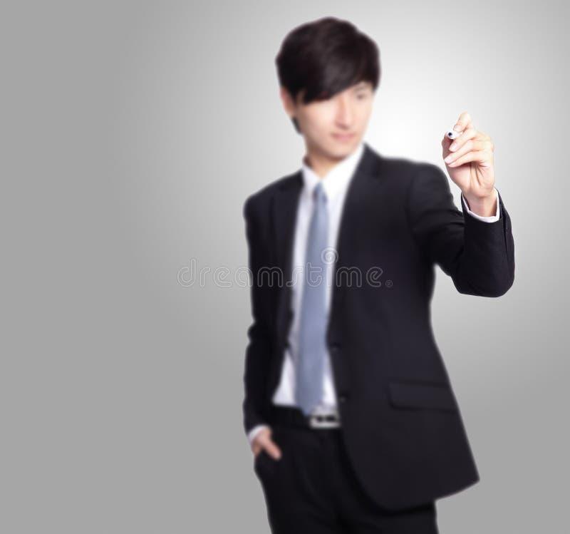 Сочинительство бизнесмена с ручкой отметки стоковая фотография