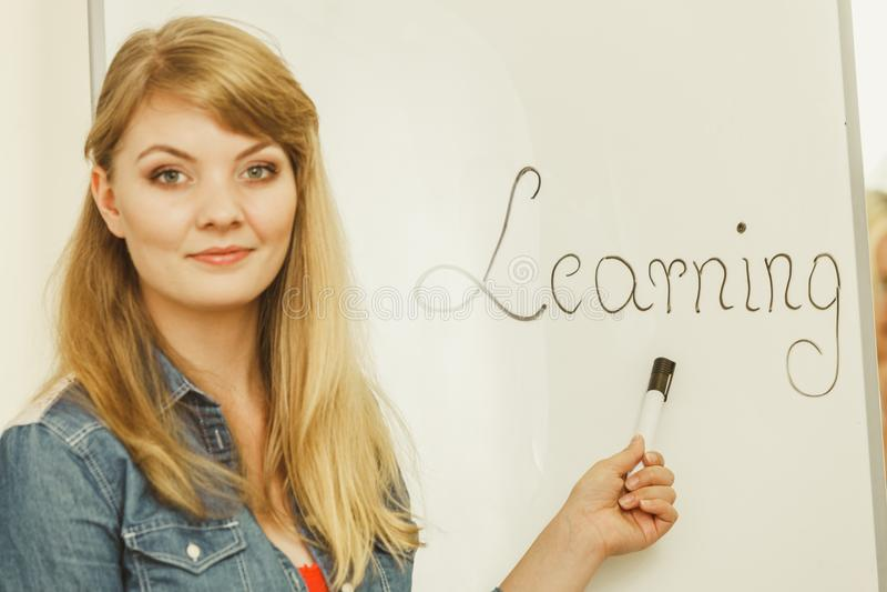 Сочинительство девушки студента уча слово на whiteboard стоковые фотографии rf