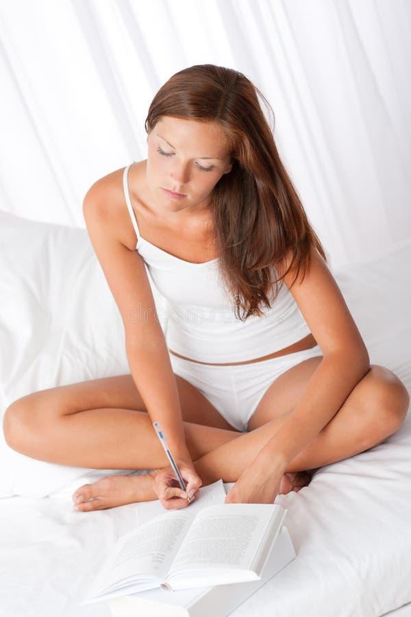 сочинительство женщины примечаний коричневых волос длиннее стоковые фотографии rf