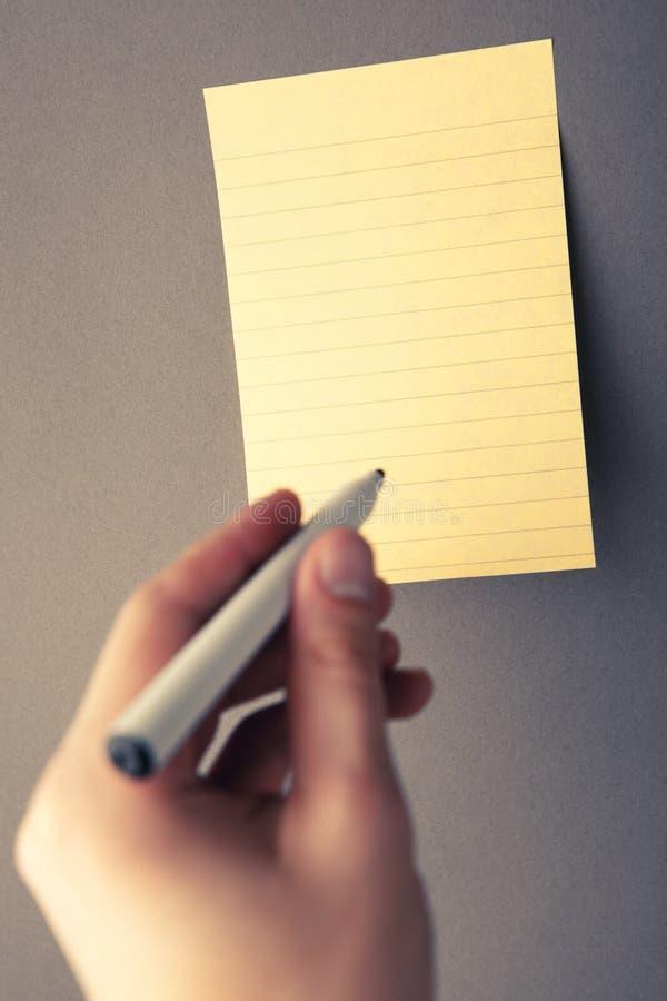 сочинительство руки бумажное стоковое фото