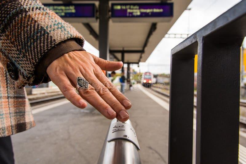 Сочинительство Шрифта Брайля на платформах поезда помогает проводить стоковая фотография rf
