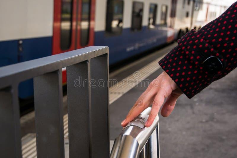 Сочинительство Шрифта Брайля на платформе поезда стоковые фото