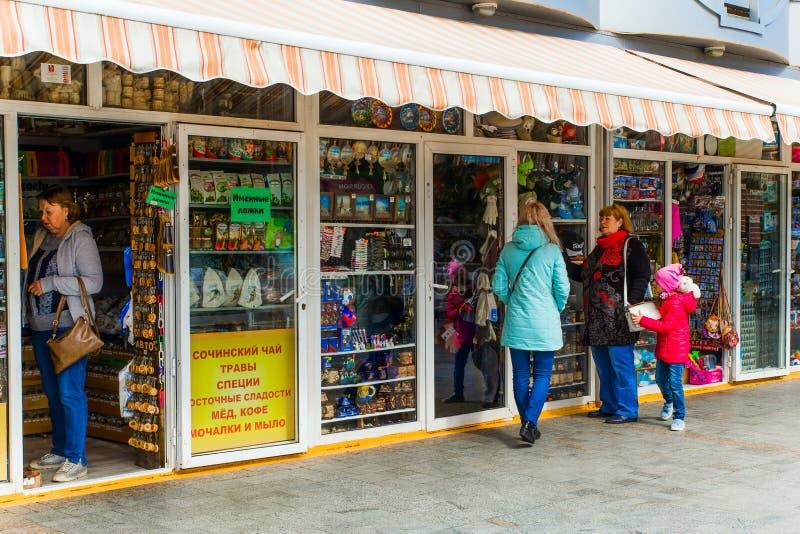 СОЧИ, РОССИЯ, 20-ОЕ АПРЕЛЯ 2019 - туристы выбирают сувениры в небольшом магазине на обваловке стоковые изображения rf