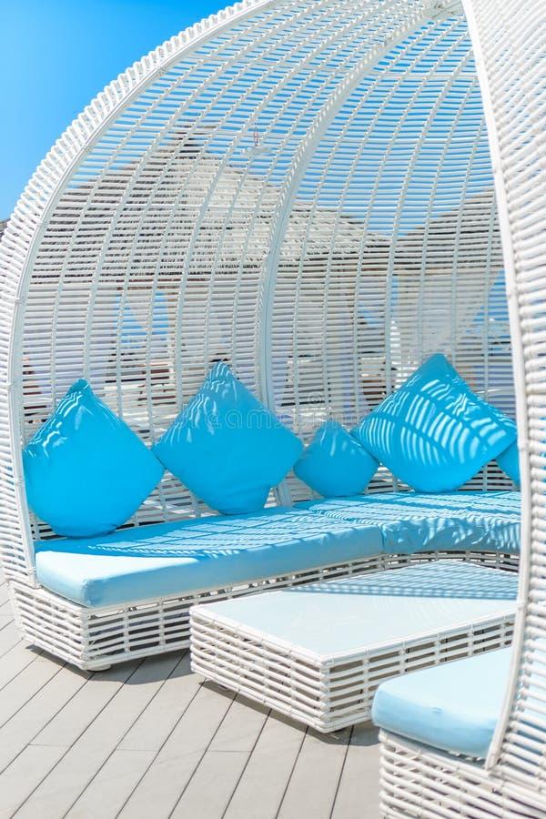 СОЧИ, РОССИЯ - 9-ОЕ ИЮНЯ 2019: Красивый белый и голубой дизайн интерьера беседок от солнца в виноградинах кафа пляжа стоковое изображение rf