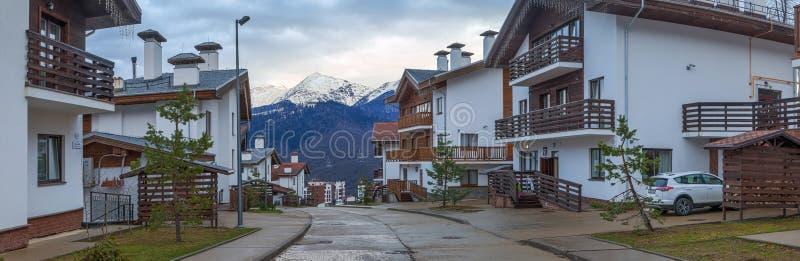 СОЧИ, РОССИЯ - 29-ое марта 2017: Коттеджи в лыжном курорте Розы Khutor стоковое изображение