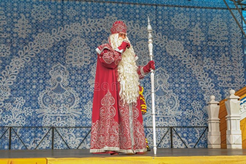 СОЧИ, РОССИЯ - 21-ОЕ ФЕВРАЛЯ 2014: Русский Санта Клаус в олимпийской деревне стоковая фотография rf