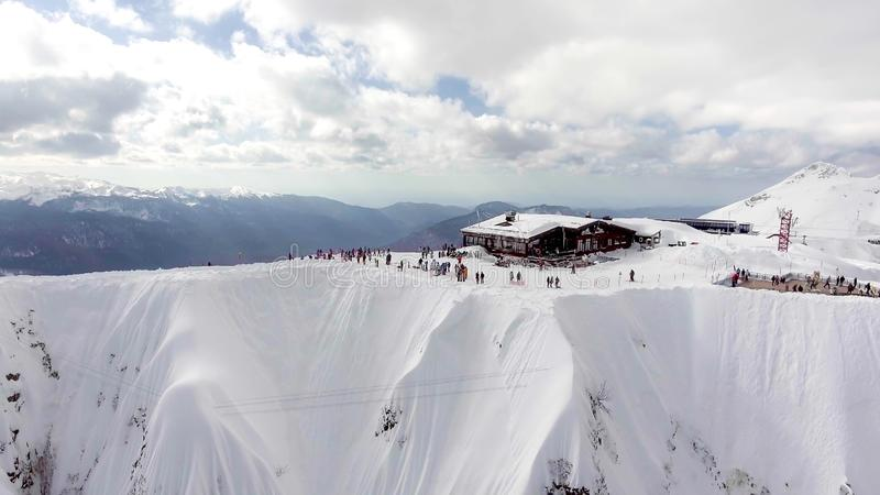 СОЧИ, РОССИЯ - 10-ОЕ ЯНВАРЯ 2018: Воздушный взгляд ландшафта гор Кавказ в зиме в лыжном курорте Сочи в России стоковое фото