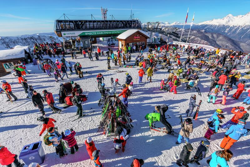 Сочи, Россия - 7-ое января 2018: Лыжа зимы Snowy склоняет в лыжный курорт горы Gorky Gorod вполне лыжников и snowboarders Sceni стоковые фотографии rf
