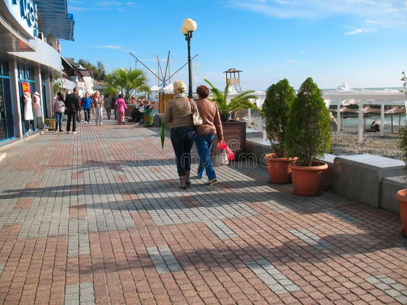 Сочи, Россия - октябрь 2013: Туристы на прогулке города на солнечном дне стоковое фото rf