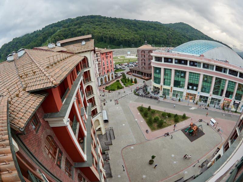 Сочи - русское Feseration - 20-ое июля 2017 - взгляд сверху лета на гостиничном комплексе Gorky Gorod и торговом центре торгового стоковая фотография