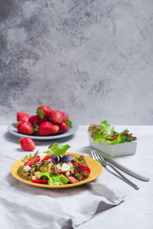Сочная закуска с салатом, свежими клубниками, сыром и базиликом, и яйцом стоковое фото