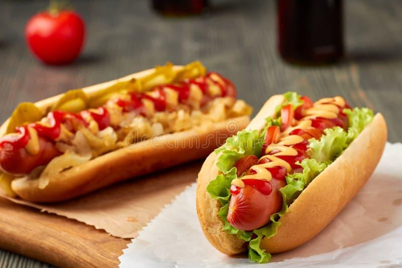 Сочное горячее dogd 2 с овощами стоковое фото rf