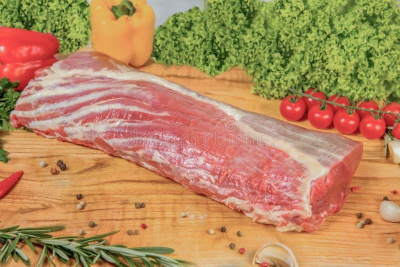 Сочное сырое мясо, entrecote говядины на черной предпосылке, взгляде сверху стоковое фото rf
