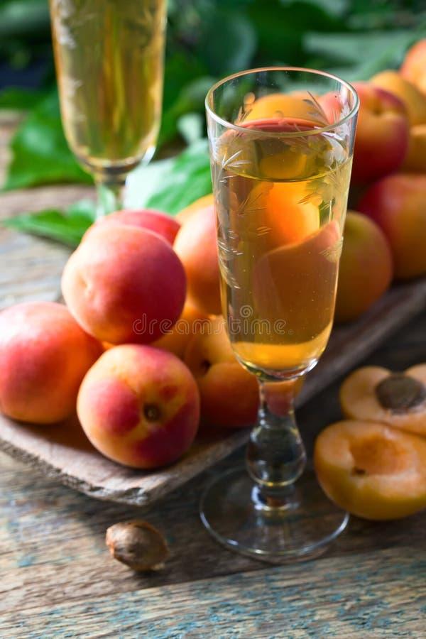 Сочные абрикосы с листьями и сладостным вином стоковые фотографии rf
