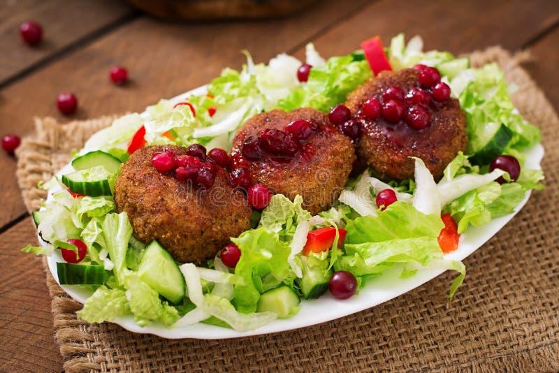 Сочные котлеты мяса с соусом клюквы стоковая фотография rf