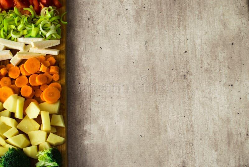 Сочные овощи отрезка Скопируйте космос на серой каменной предпосылке стоковое изображение rf