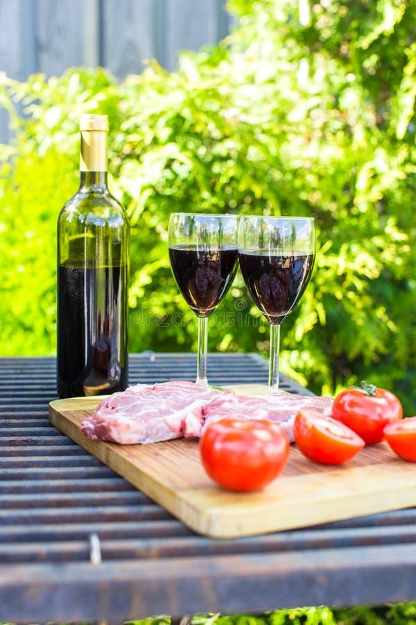 Download Сочные стейк, овощи и бутылка вина на пикнике Outdoors Стоковое Изображение - изображение насчитывающей вкусно, стекла: 40586547