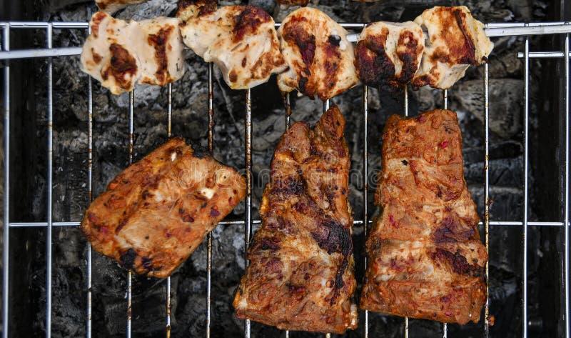 Сочные стейк свинины, нервюры и мясо цыпленка на гриле bbq, домодельном барбекю, крупном плане стоковые изображения