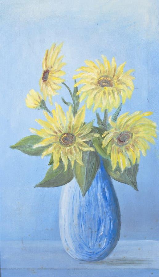 Сочный букет чувствительных солнцецветов в голубой вазе на голубой предпосылке стоковые изображения rf