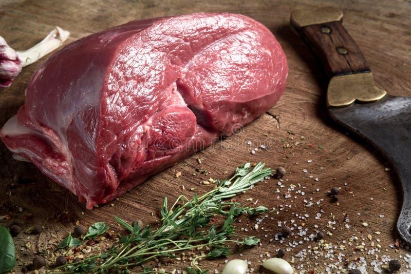Сочный сырцовый стейк говядины на деревянном столе стоковые фото