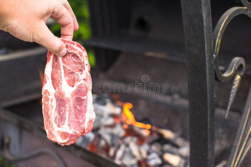 Download Сочный сырцовый стейк на предпосылке барбекю внешней Стоковое Изображение - изображение насчитывающей снаружи, свеже: 40587031