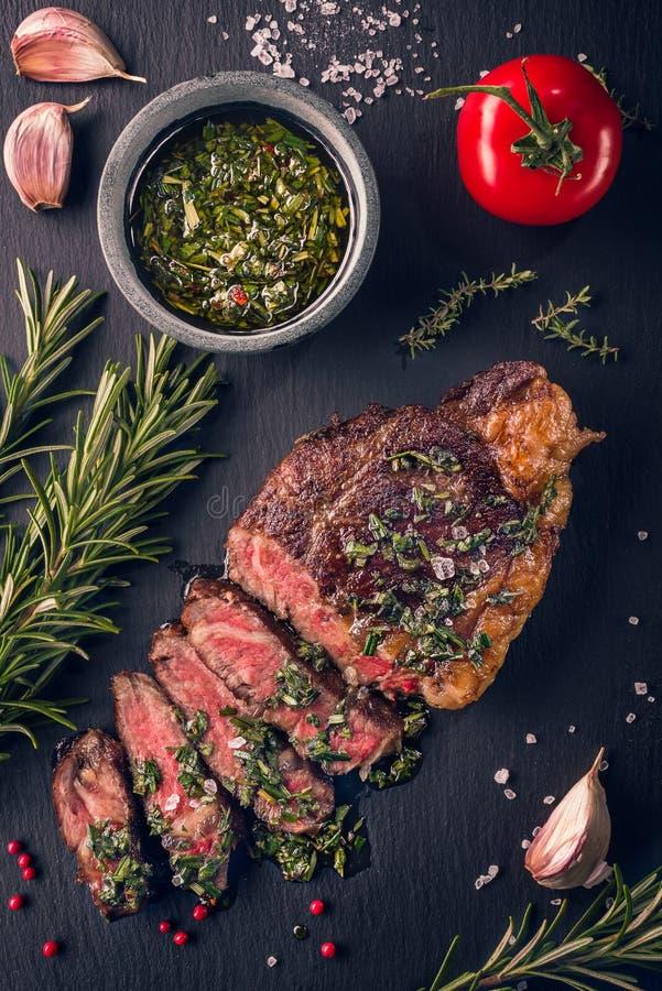 Сочным нежным зажаренный sous-vide ирландский стейк оковалка говядины со свежими травами стоковое фото rf