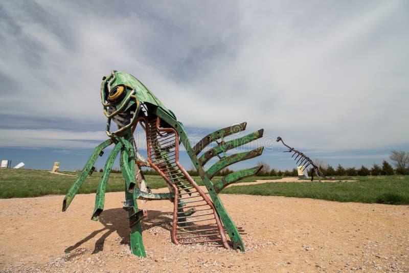 Союзничество, Nebraska/USA - 8-ое мая 2018: Специфическая скульптура металла рыбы перескакивая из земли в Небраске стоковое фото rf
