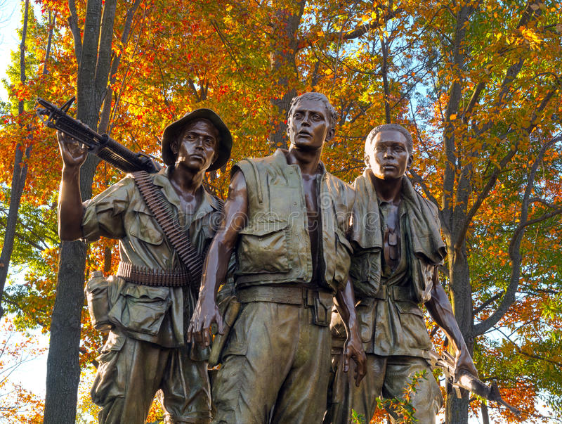 3 солдата на ветеранах Вьетнама мемориальных стоковая фотография rf