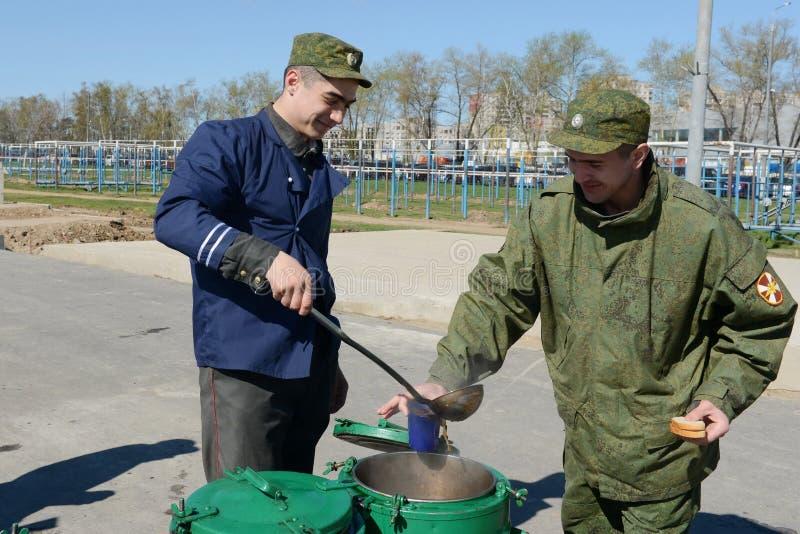 Солдаты внутренних войск в полевой кухне стоковые фото