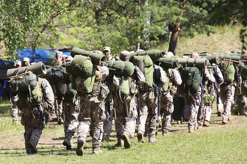 Солдаты в камуфлировании с боеприпасами стоковая фотография