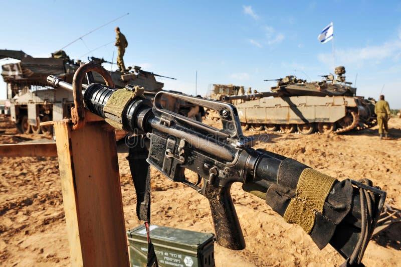 Солдаты израильской армии отдыхая во время прекращения огня стоковое фото
