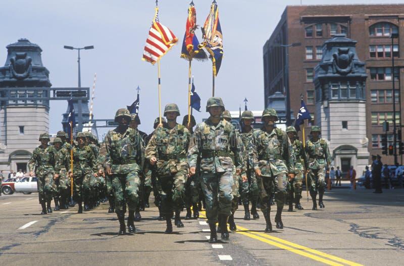 Солдаты маршируя в парад армии Соединенных Штатов, Чикаго, Иллинойс стоковое фото rf