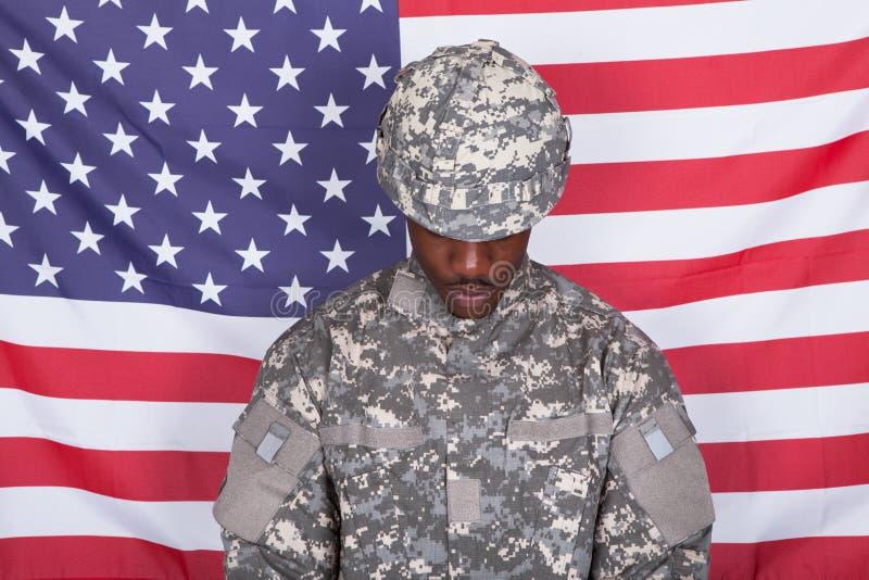 Солдат армии перед американским флагом стоковые фотографии rf