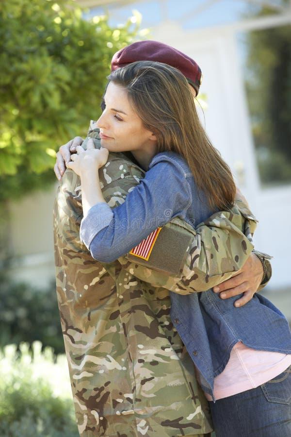 Солдат возвращающ домой и приветствованный женой стоковое фото rf