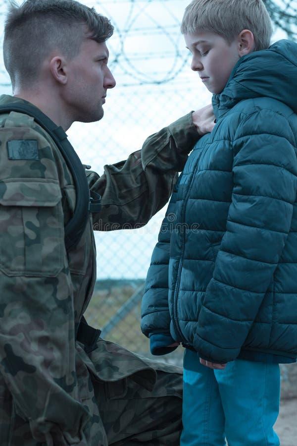 Солдат выходя сын стоковая фотография rf