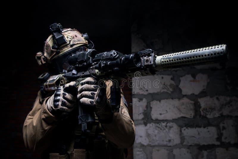 Солдат в воинских боеприпасах с оружием стоковые фотографии rf