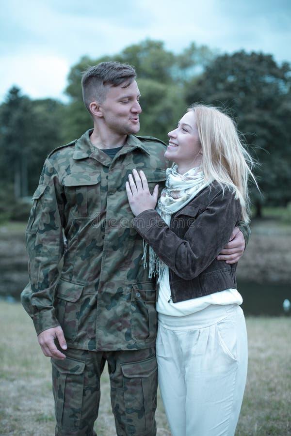 Солдат в влюбленности стоковое изображение rf