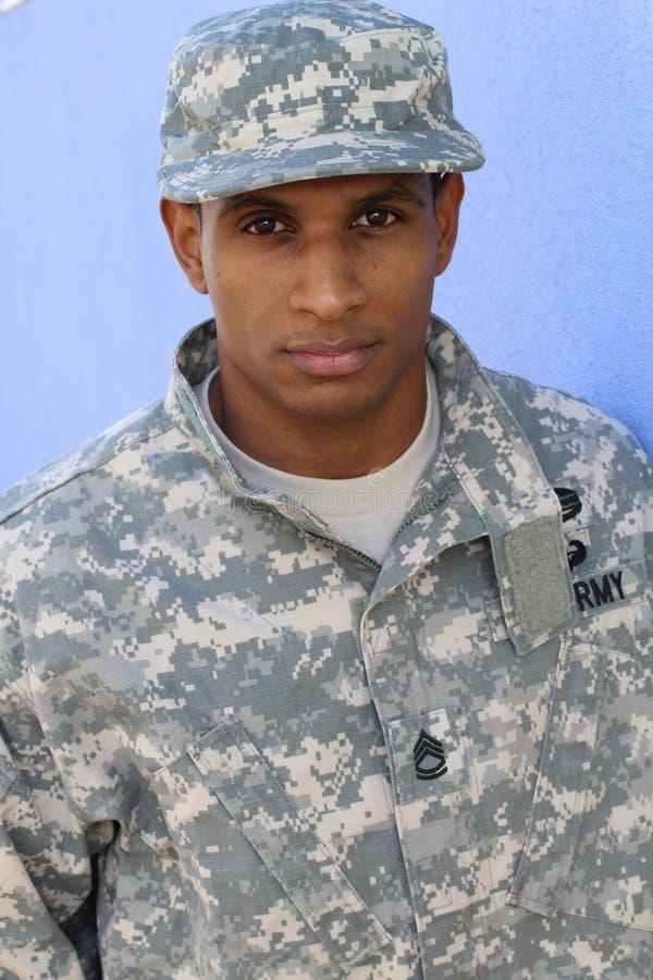 Солдат в форме страдая от стресса стоковые фотографии rf