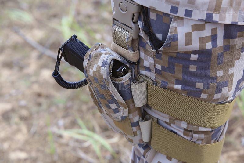 Солдат в форме с кобурой с оружием стоковое фото