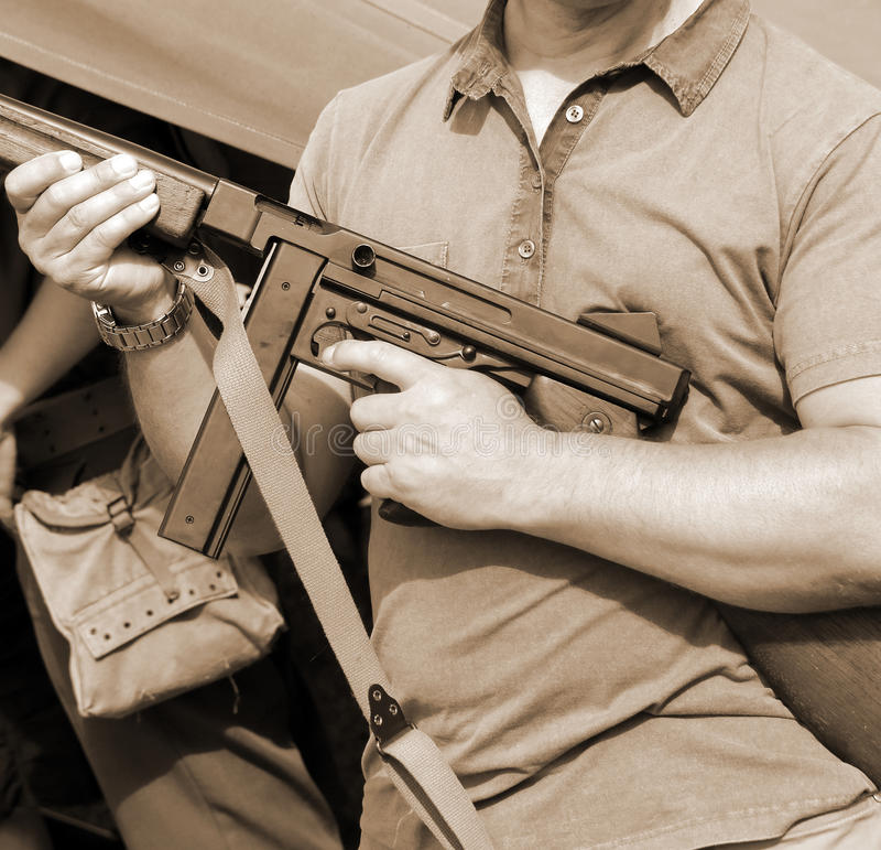 Солдат в форме с оружием в его руке в учебном лагере стоковое фото rf