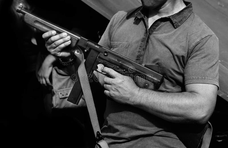 Солдат в форме с оружием в его руке в учебном лагере стоковые фотографии rf