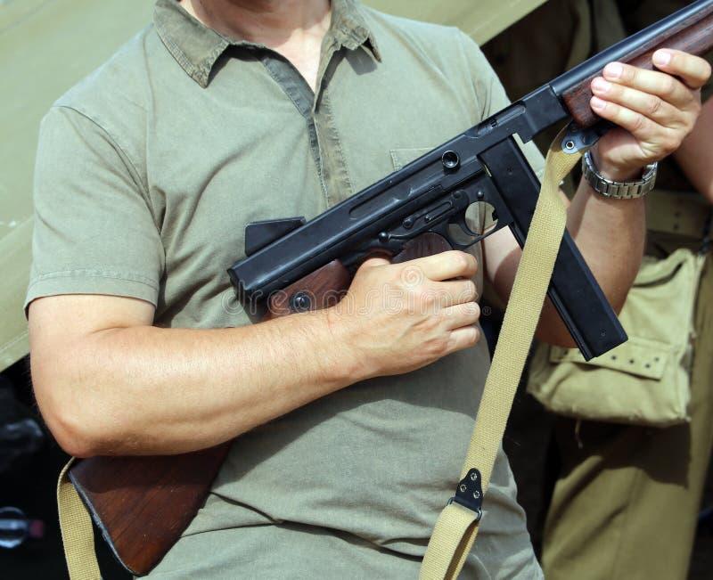 Солдат в форме с оружием в его руке стоковое изображение