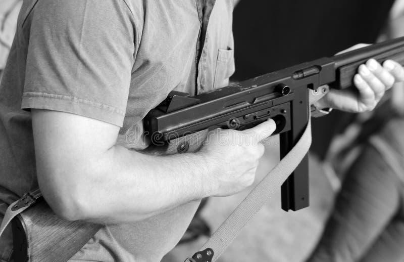 Солдат в форме с пистолет-пулеметом в его руке стоковая фотография