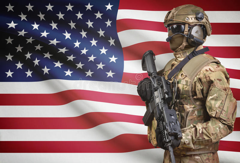 Солдат в шлеме держа пулемет с флагом на серии предпосылки - Соединенными Штатами стоковые фотографии rf