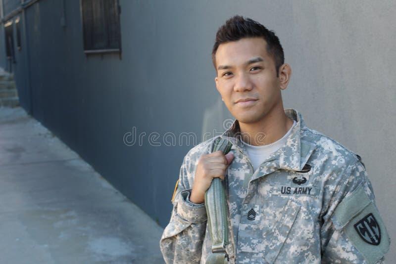 Солдат детенышей этнически неоднозначный американский держа рюкзак стоковая фотография rf