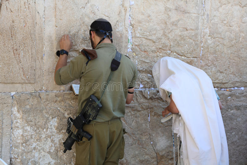 Солдат и еврейская молитва на западной стене стоковое фото