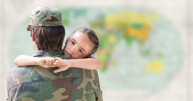 Солдат и дочь против расплывчатой карты стоковое фото