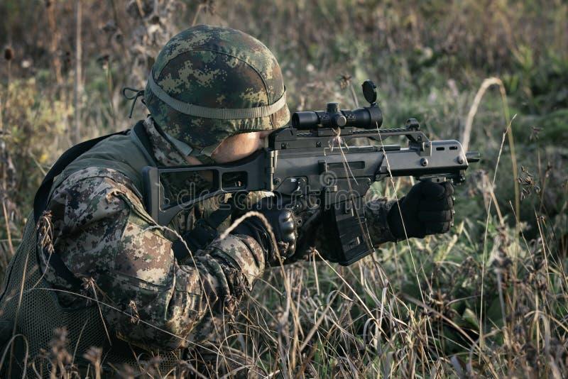 Солдат на войне в болоте стоковая фотография rf