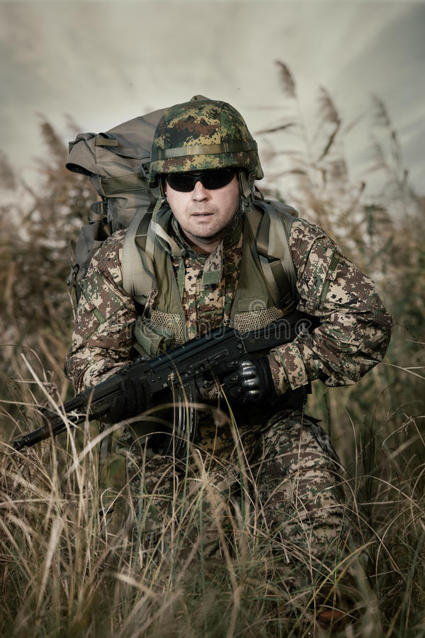 Солдат на войне в болоте стоковое фото rf