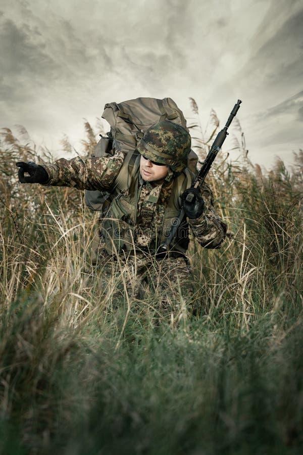 Солдат на войне в болоте стоковые изображения rf